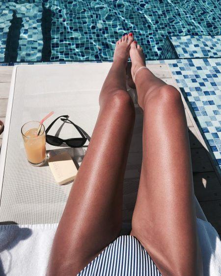ים קיץ חוף בגד ים בחורה בחורות מרענן מים משקפי שמש אינסטגרם שיר ביטון רגליים