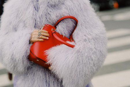 thefashionguitar סגול לילך טרנד צבעי פסטל אופנה בלוגרית פאשיוניסטה טרנדים צבעים מכנסיים חולצה סטייל אקססוריז תיק אדום