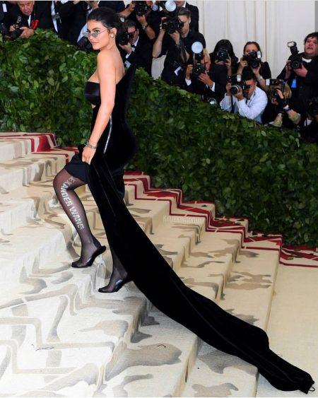 קיילי ג'נר אלכסנדר וונג ריהאנה מט גאלה 2018 שמלה נצרות met gala nyc rihana סלבס