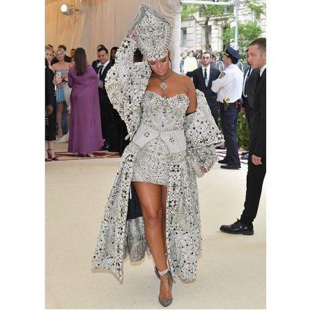 ריהאנה מט גאלה 2018 שמלה נצרות met gala nyc rihana סלבס
