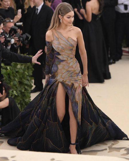 ג'יג'י חדיד מט גאלה 2018 שמלה met gala nyc סלבס