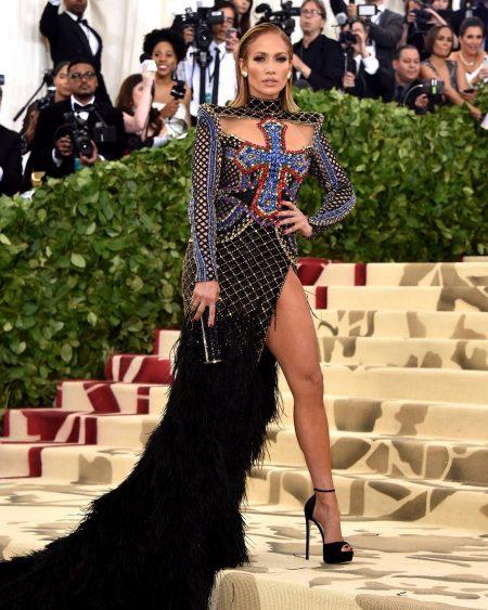 מט גאלה 2018 שמלה נצרות met gala nyc rihana סלבס גניפר לופז jlo צלב