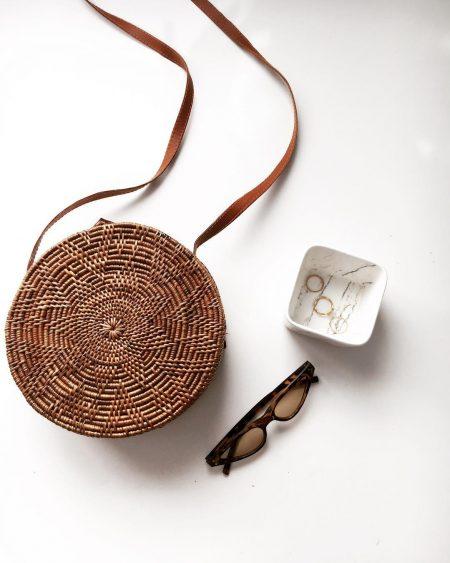 סטייל בלוגים אינסטגרם instagram מינימליסטי מינימלי סגנון לבן אופנה לייף סטייל נועה מונרוב תיק קש משקפי שמש
