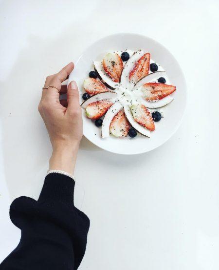 סטייל בלוגים אינסטגרם instagram מינימליסטי מינימלי סגנון לבן אופנה לייף סטייל נועה מונרוב ארוחת בוקר פירות