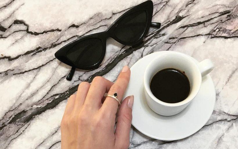 סטייל בלוגים אינסטגרם instagram מינימליסטי מינימלי סגנון לבן אופנה לייף סטייל נועה מונרוב תיק קש משקפי שמש קפה